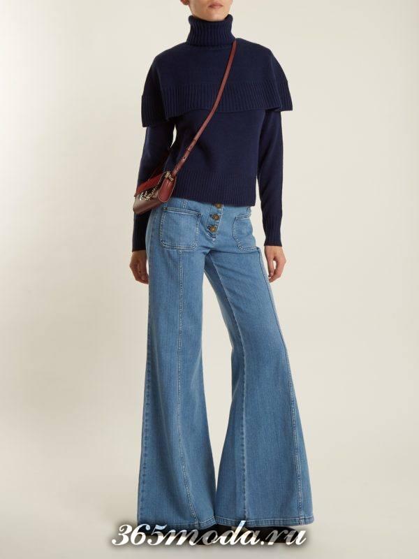 лук с синими джинсами клеш и свитером с оборками осень-зима