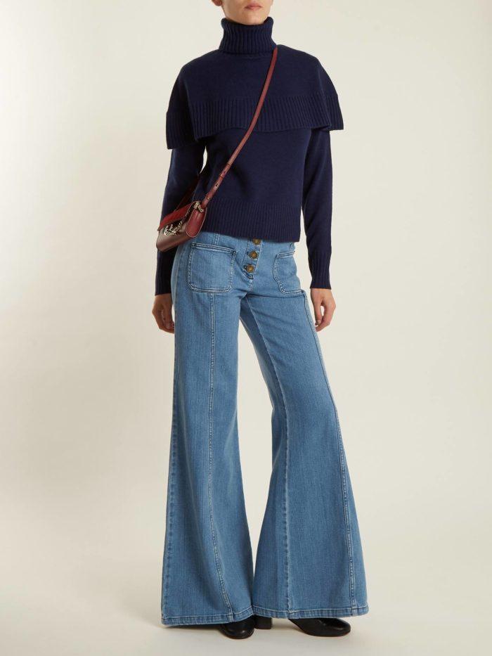 Модные луки осень-зима 2019-2020: с синими джинсами клеш и свитером с оборками