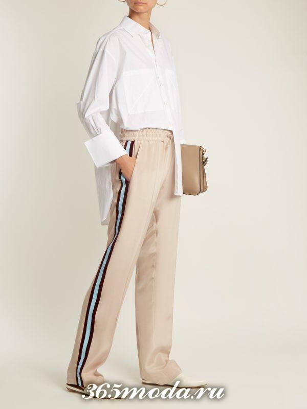 лук со светлыми брюками с лампасами и белой блузкой осень-зима