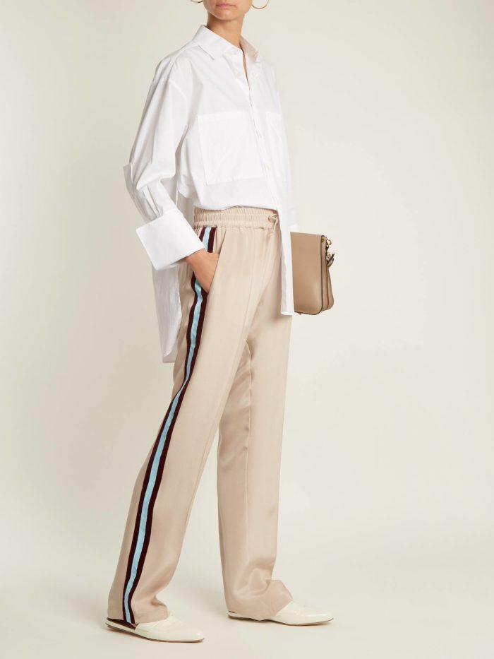 Модные луки осень-зима 2019-2020: со светлыми брюками с лампасами и белой блузкой