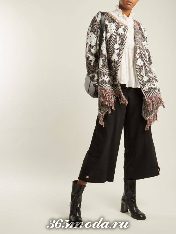 лук с черными брюками кюлотами и кардиганом с бахромой осень-зима