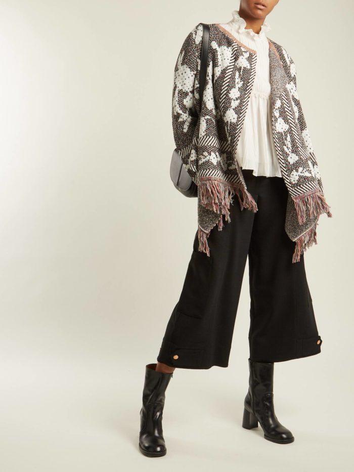Модные луки осень-зима 2019-2020: с черными брюками кюлотами и кардиганом с бахромой