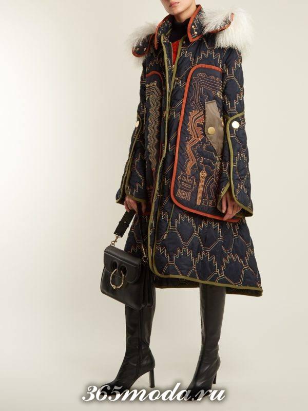 Модные луки осень-зима 2018-2019: с паркой с принтом и сапогами на шпильке