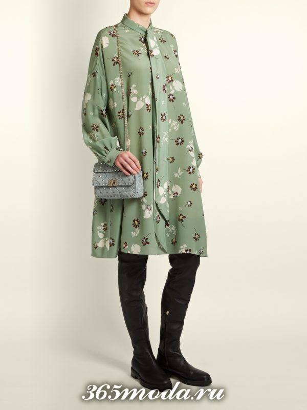 лук с свободным платьем с принтом и ботфортами на низком ходу осень-зима
