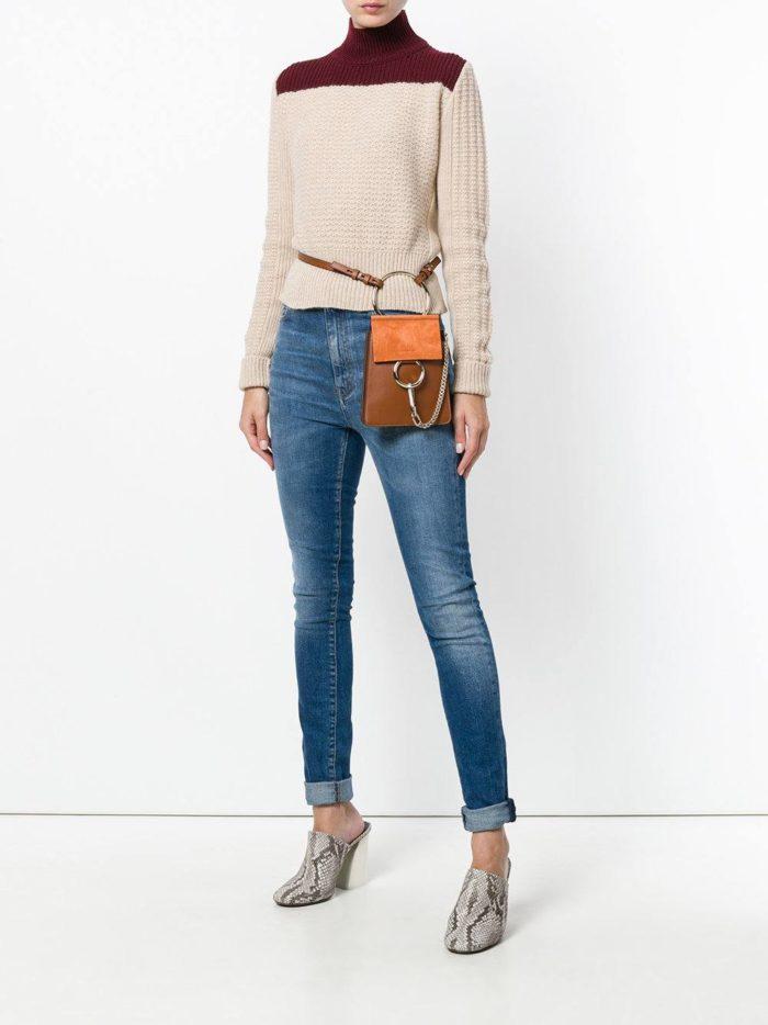 коричневая сумка на пояс