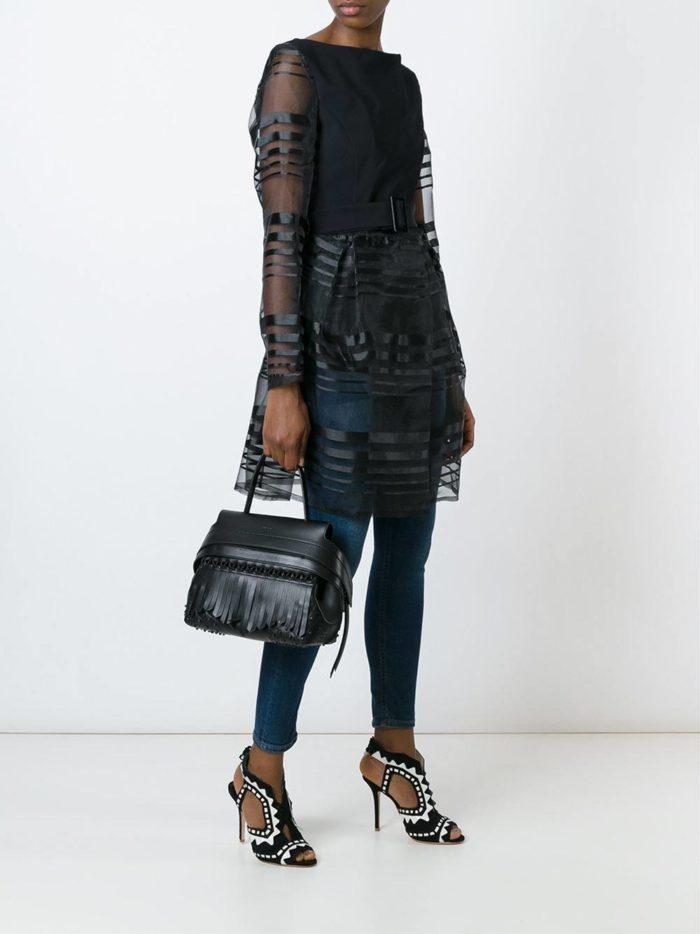 черная сумка с бахромой с короткой ручкой