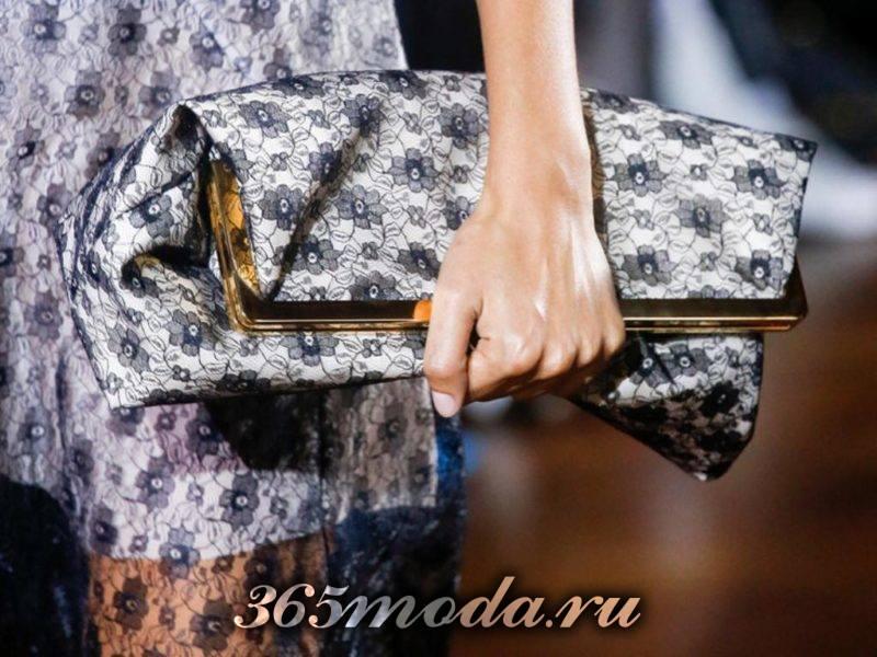 женская сумка клатч с принтом в тон одежде