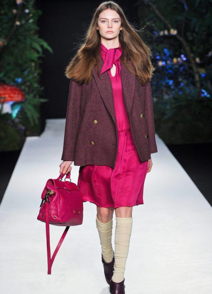 женская розовая сумка в тон одежде