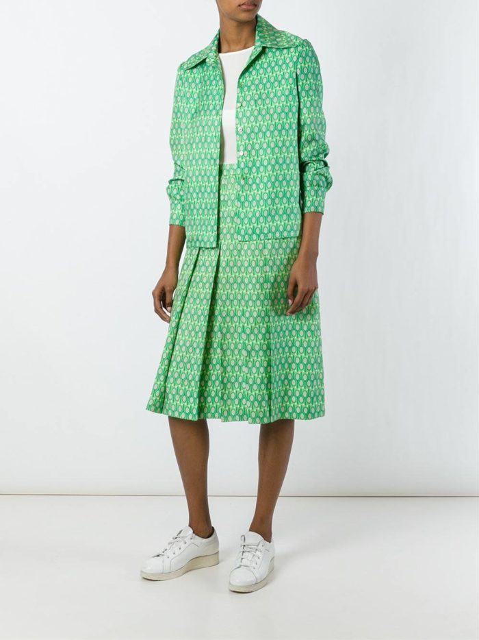 зеленый костюм с юбкой плиссе и принтом