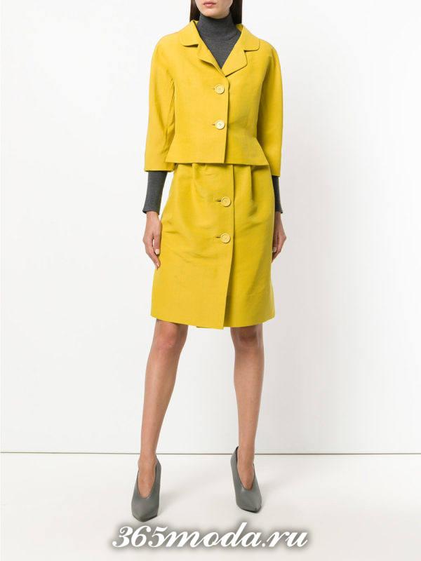 желтыйй костюм с укороченными рукавами и юбкой