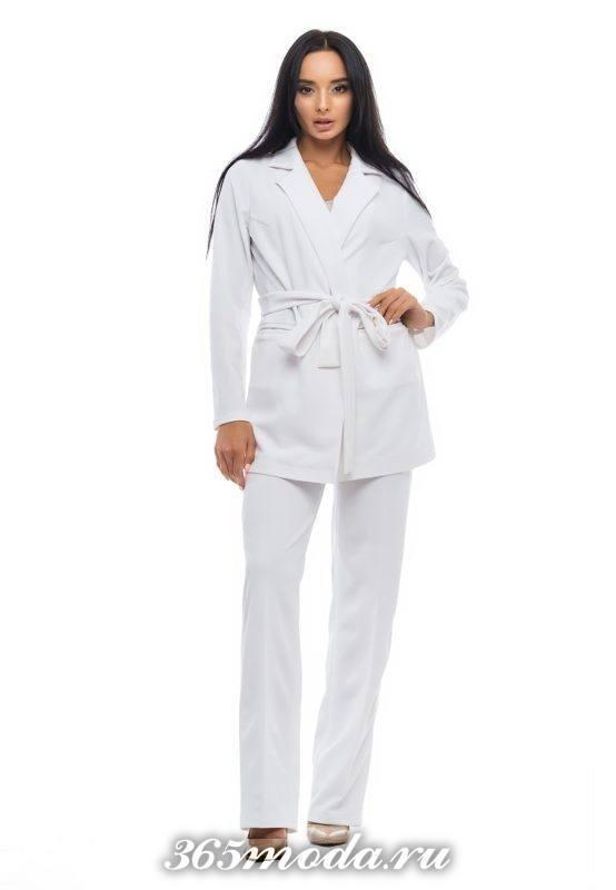 брючный белый костюм с поясом