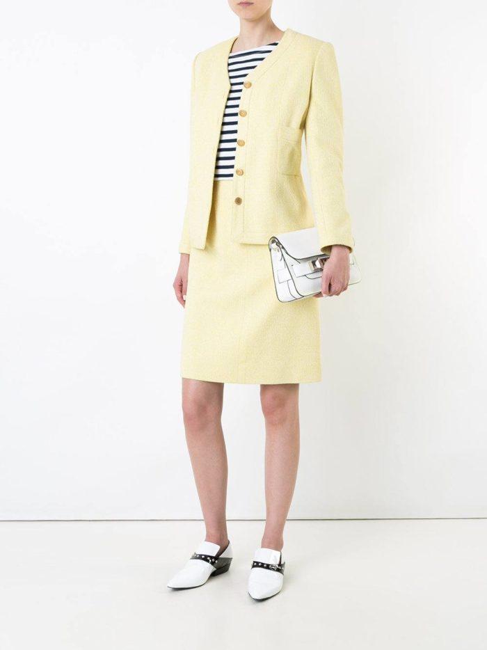 светлый костюм с юбкой трапецией