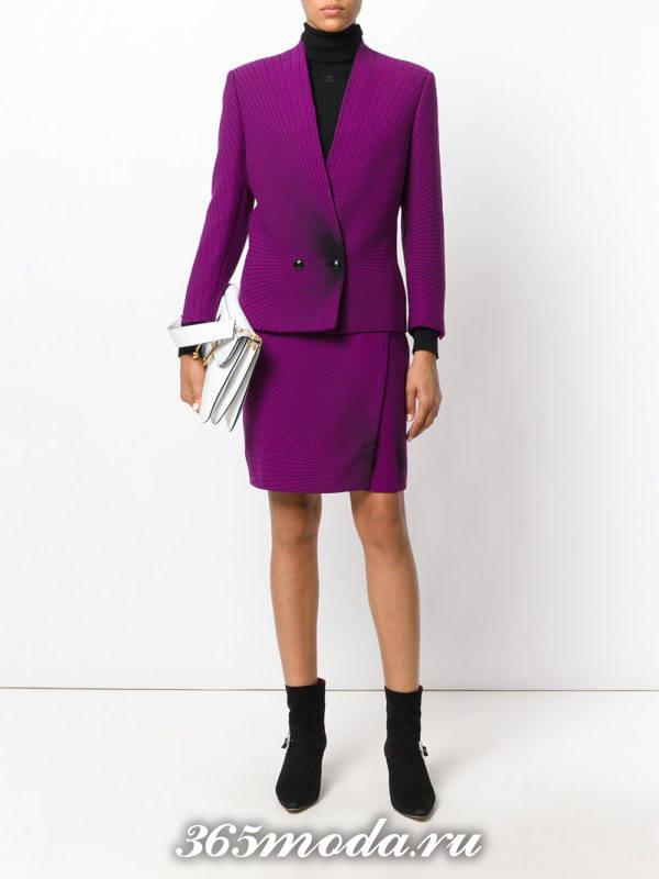 фиолетовый костюм с юбкой на запах