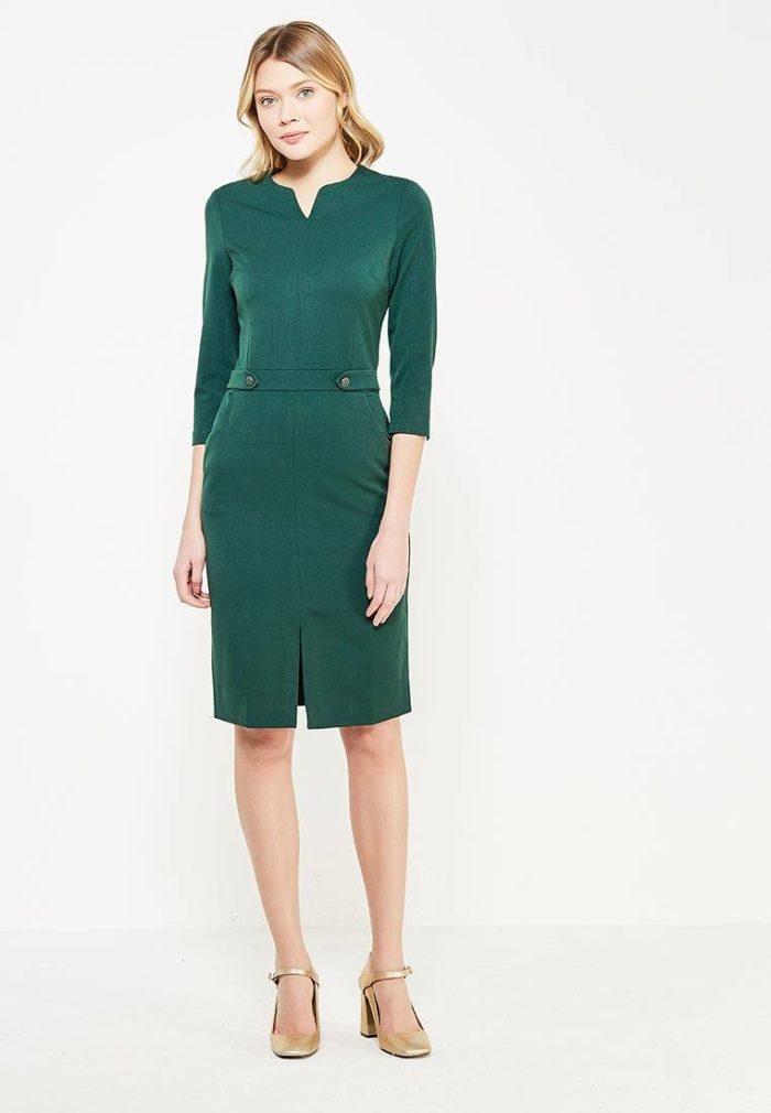 классическое зеленое платье футляр с разрезом