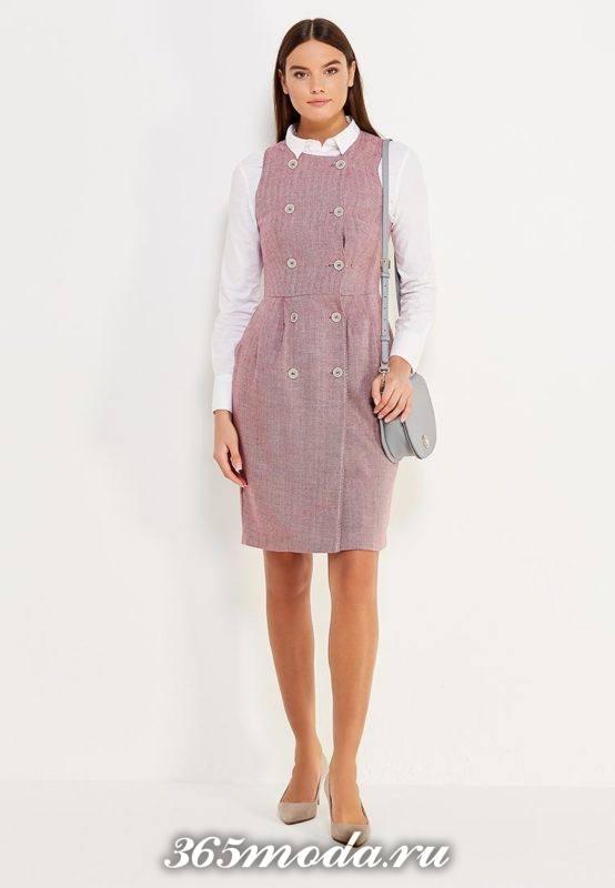 розовый сарафан с пуговицами с белой блузой