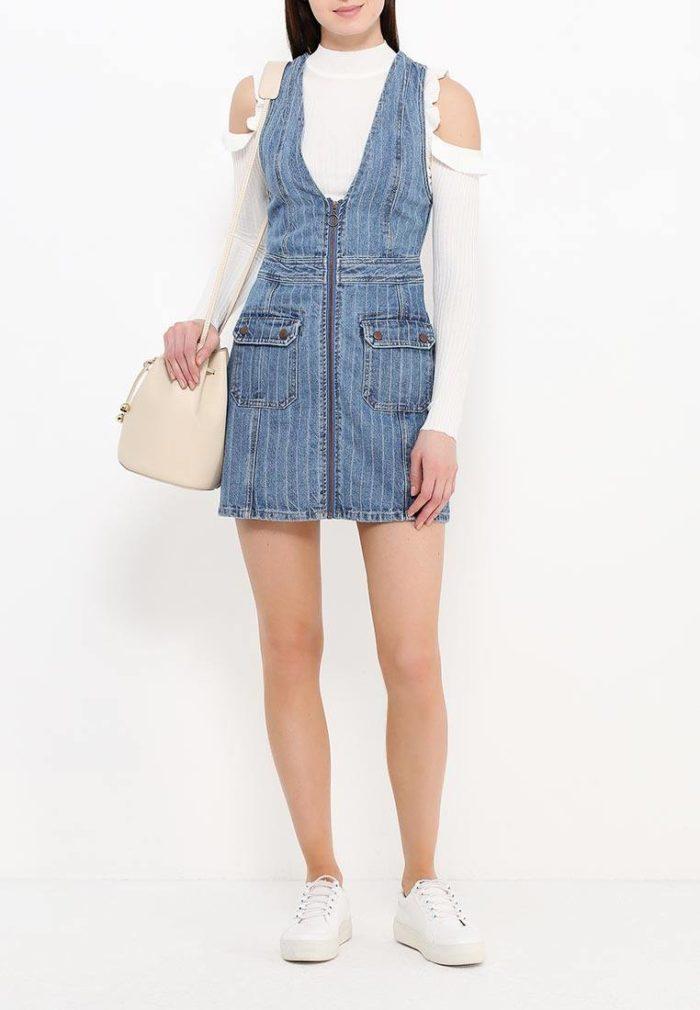 джинсовый мини сарафан с белой блузой