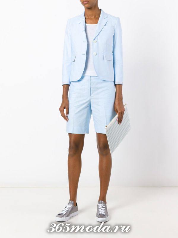 модный голубой костюм с шортами