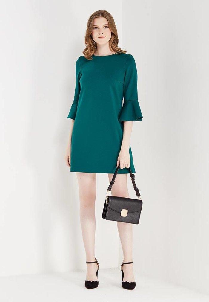 модное зеленое платье с рукавами клеш