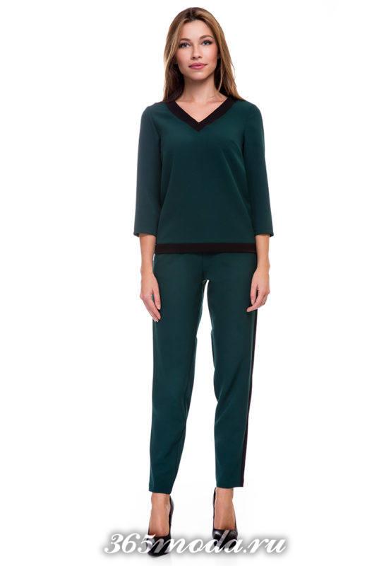 брючный зеленый костюм с укороченными брюками