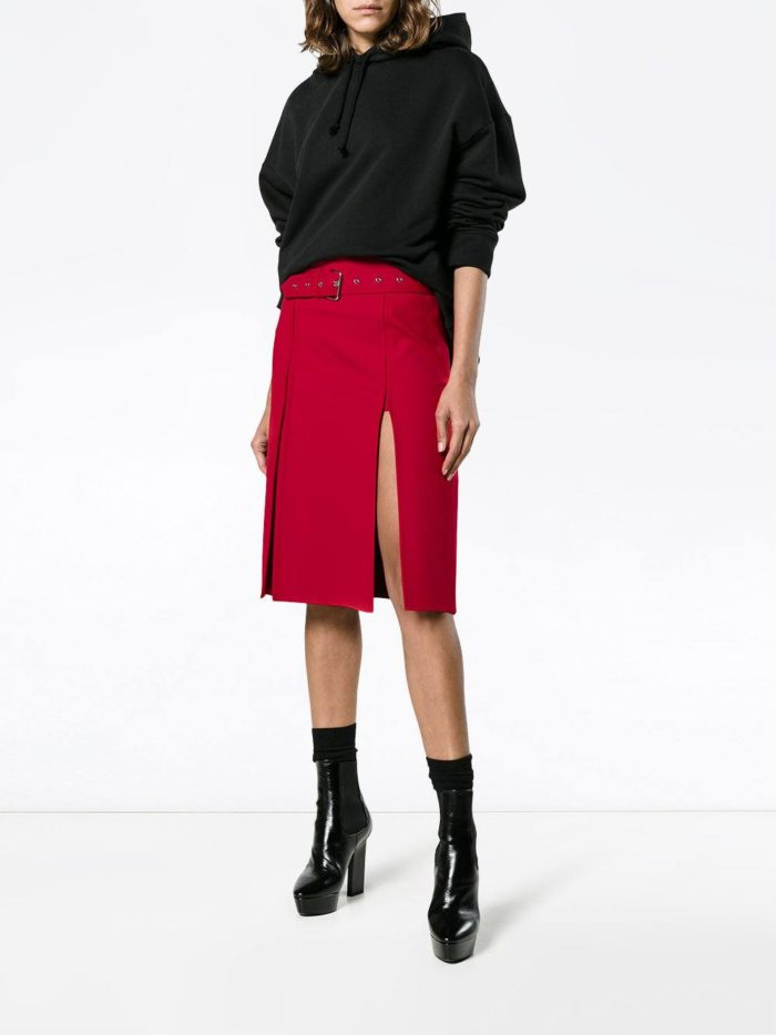 модные образы осень-зима: красная юбка с разрезом