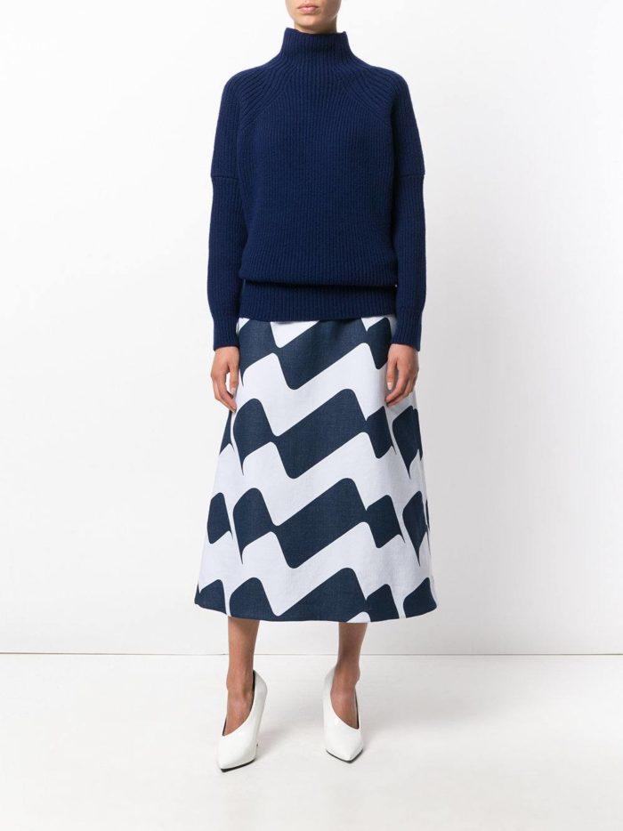 модные образы осень-зима: юбка клеш миди с узором
