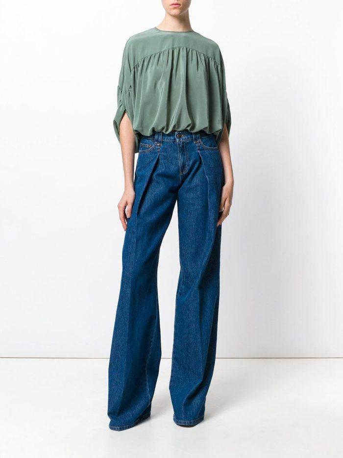 модные образы осень-зима: синие джинсы клеш со складкой