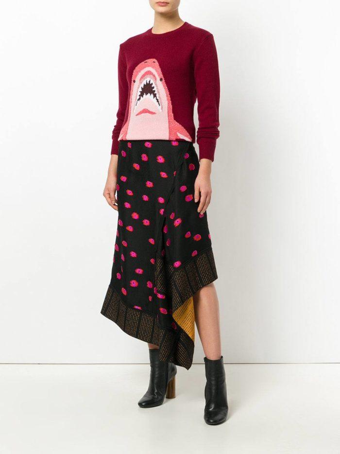 красный свитер с рисунком осень-зима