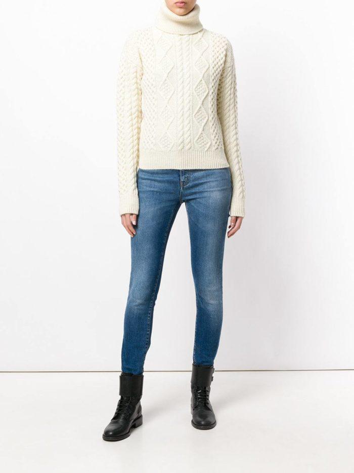 белый свитер осень-зима с ботинками на низком ходу
