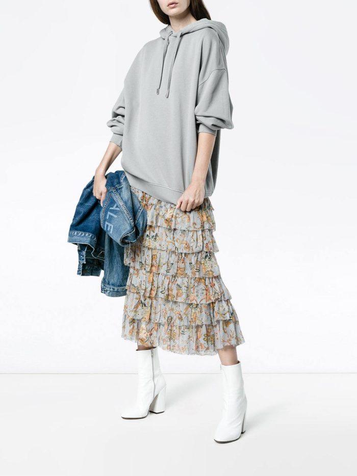серый свитшот осень-зима с белыми ботинками