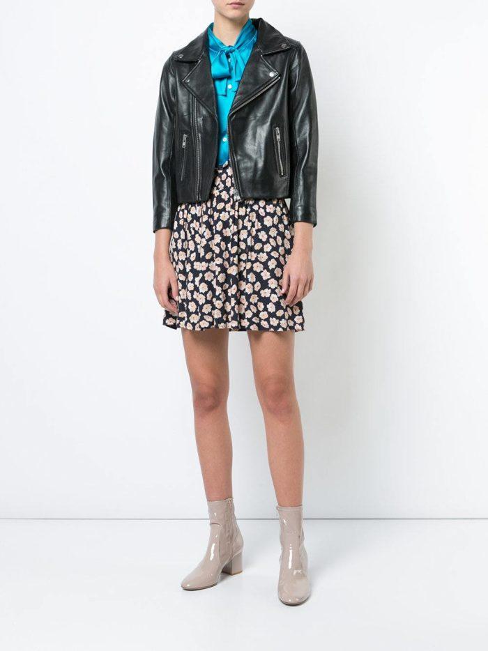 кожаная куртка осень-зима с бежевыми ботинками