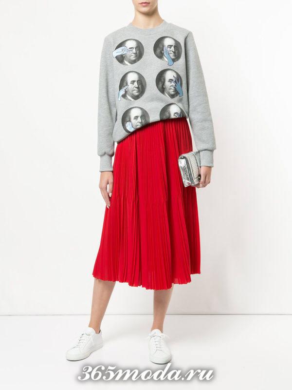 модный образ осень-зима с красной юбкой плиссе
