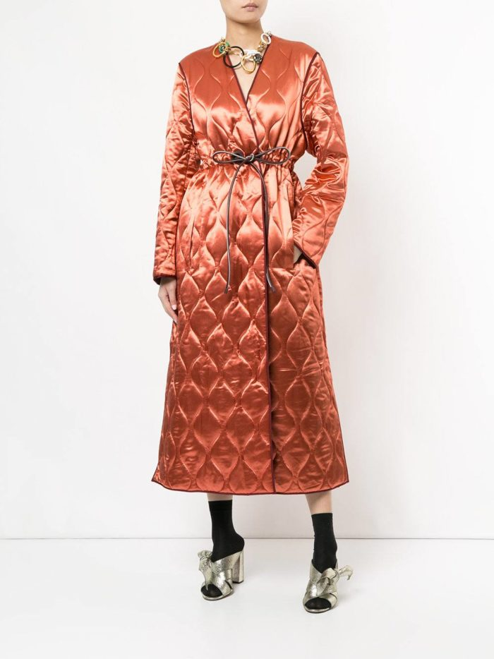 Модные женские образы осень-зима 2019-2020: со стеганым персиковым пальто
