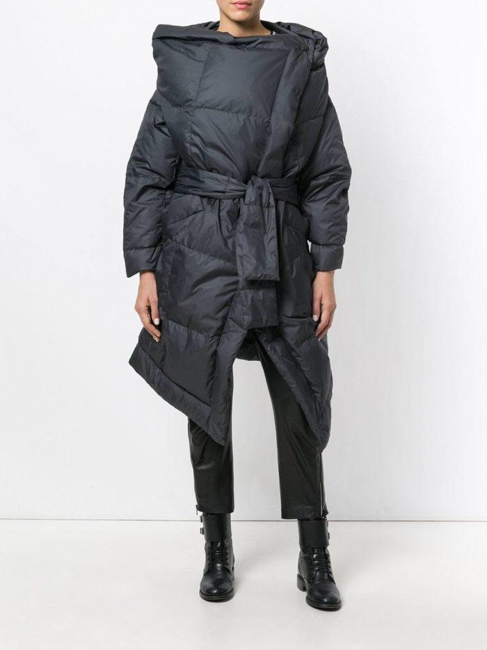 модные образы осень зима 2019-2020: асимметричный черный пуховик