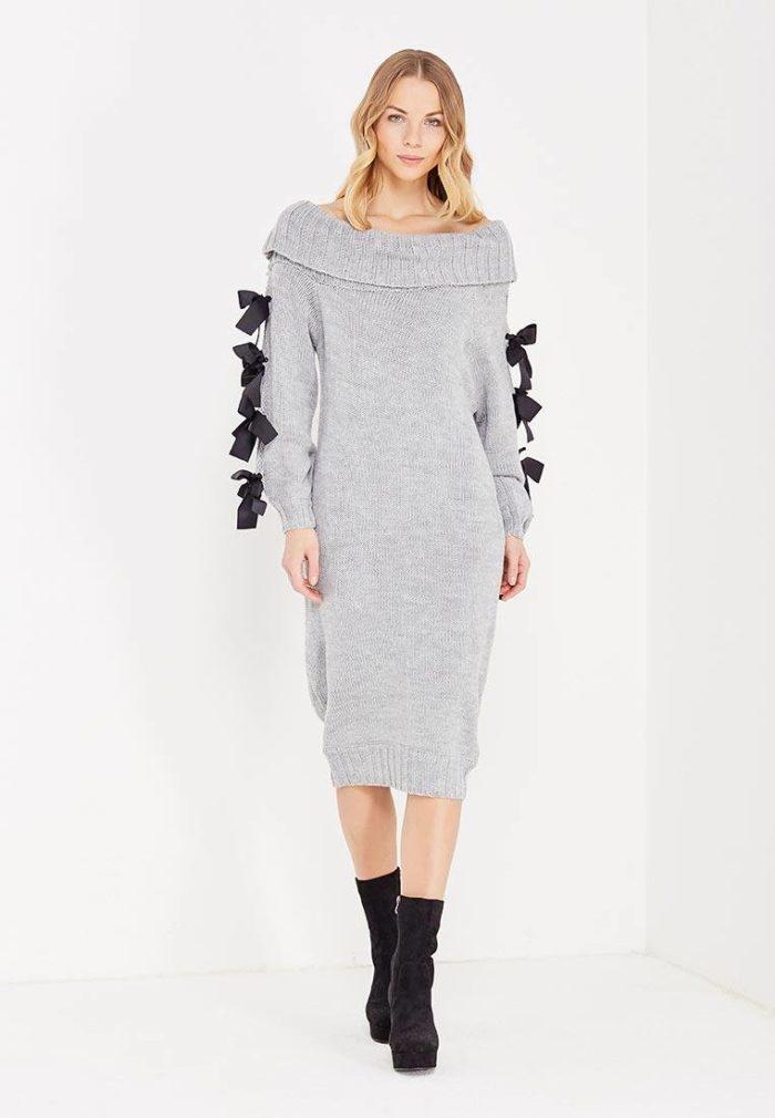 платья 2019-2020: серое миди платье с открытыми плечами и декором на рукавах