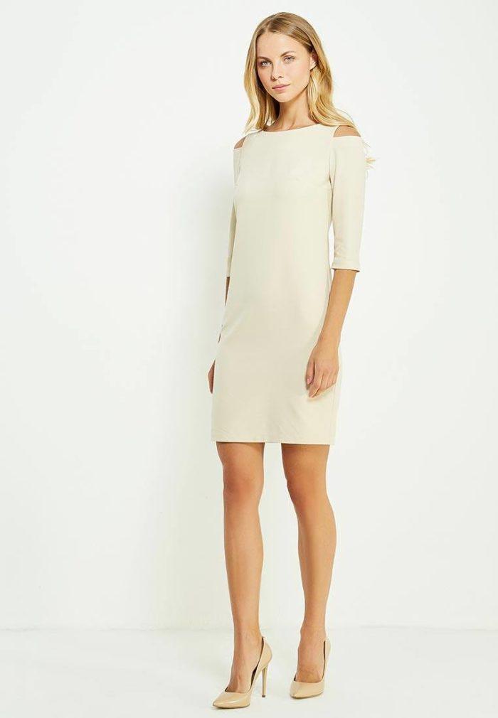 платья на каждый день: короткое белое каждодневное с открытыми плечами