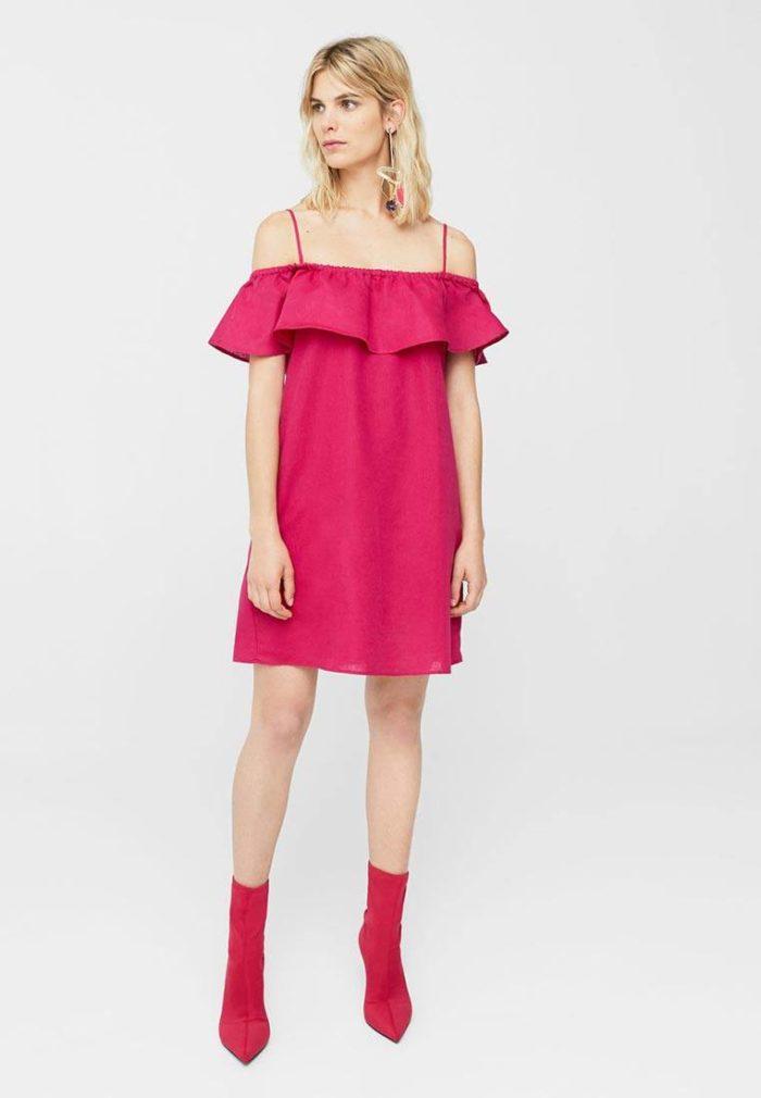 платья на каждый день: розовое с открытыми плечами и рюшей