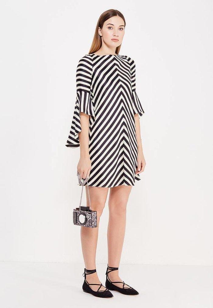 модные платья 2019-2020: полосатое с асимметричными рукавами