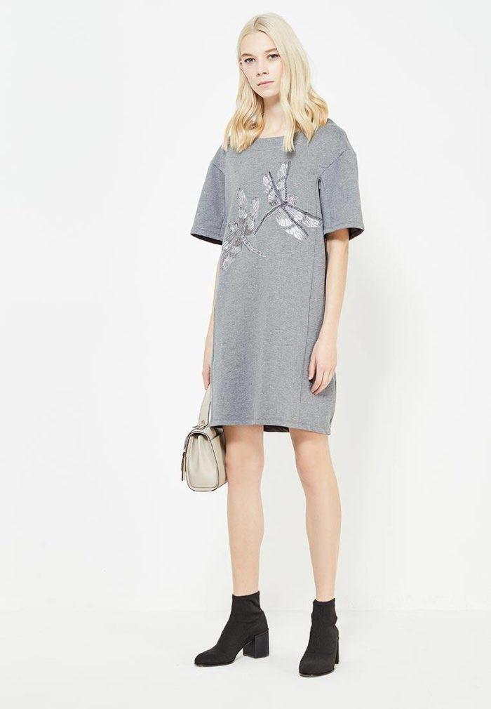 модные платья 2019-2020: серое футболка с рисунком