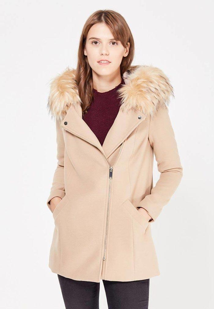 модные пальто осень зима: бежевое на молнии с мехом