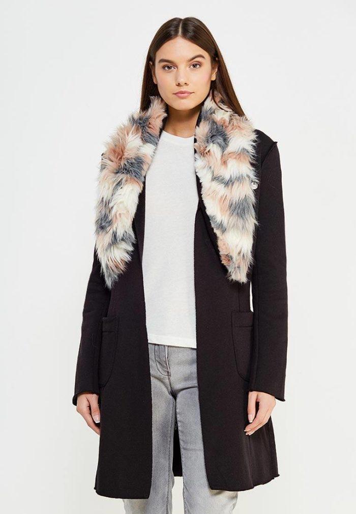 модные пальто осень зима: черное с меховым воротником