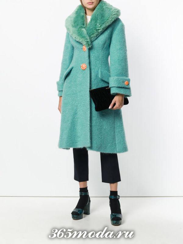 модные пальто осень зима: мятное с меховым воротником