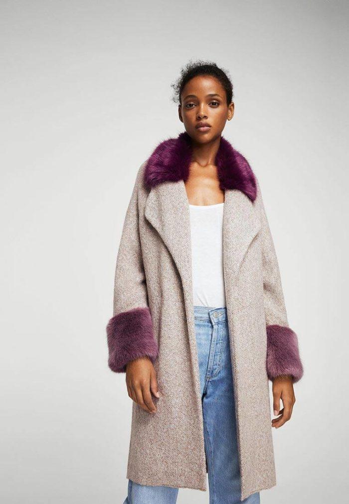 модные пальто осень зима: нюдовое с цветным мехом