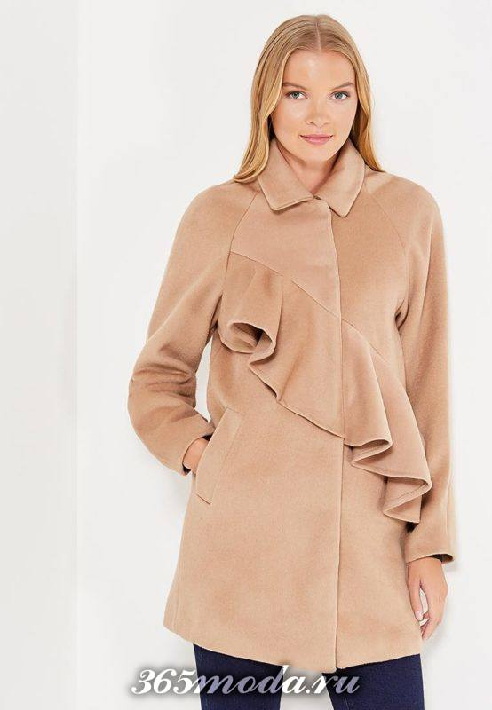 бежевое пальто с рюшей осень-зима