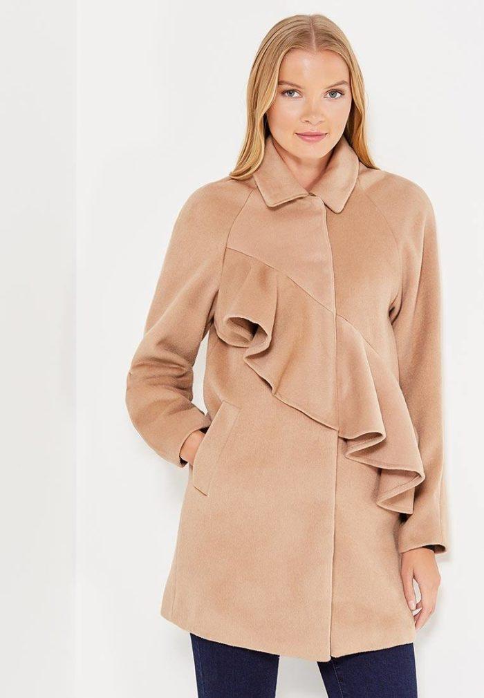 модные пальто осень зима 2019-2020: бежевое с рюшей