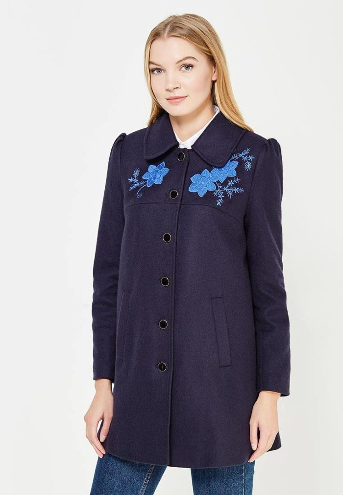 модные пальто осень зима 2019-2020: на пуговицах с вышивкой