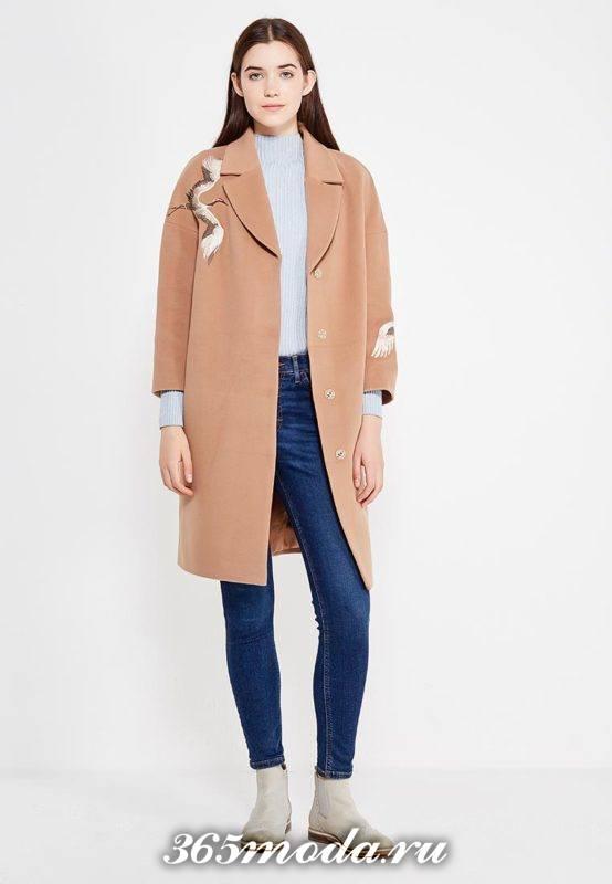 бежевое пальто с изображением осень-зима