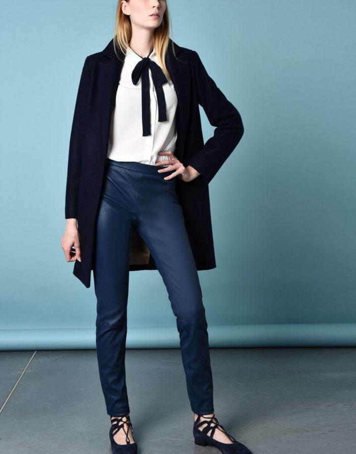 Модный сет: с кожаными синими брюками скинни