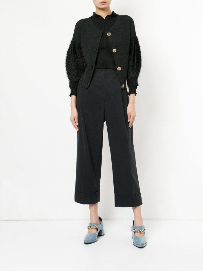 Модный сет: с черным кардиганом с меховыми рукавами