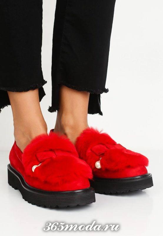 красные туфли лоферы с мехом на тракторной подошве