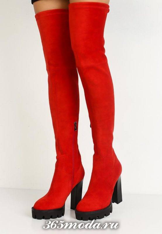 красные ботфорты на тракторной подошве и высоком каблуке